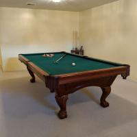 9' Authentic Brunswick Billiards Pool Table in excellent condition -- Avalon model
